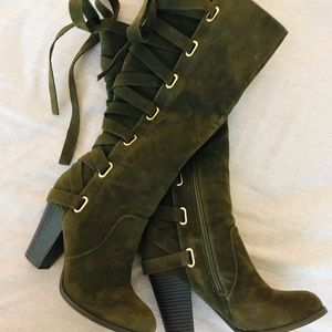 Heeled laced boots